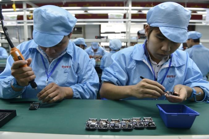 Китайские рабочие собирают дешёвые «умные часы»
