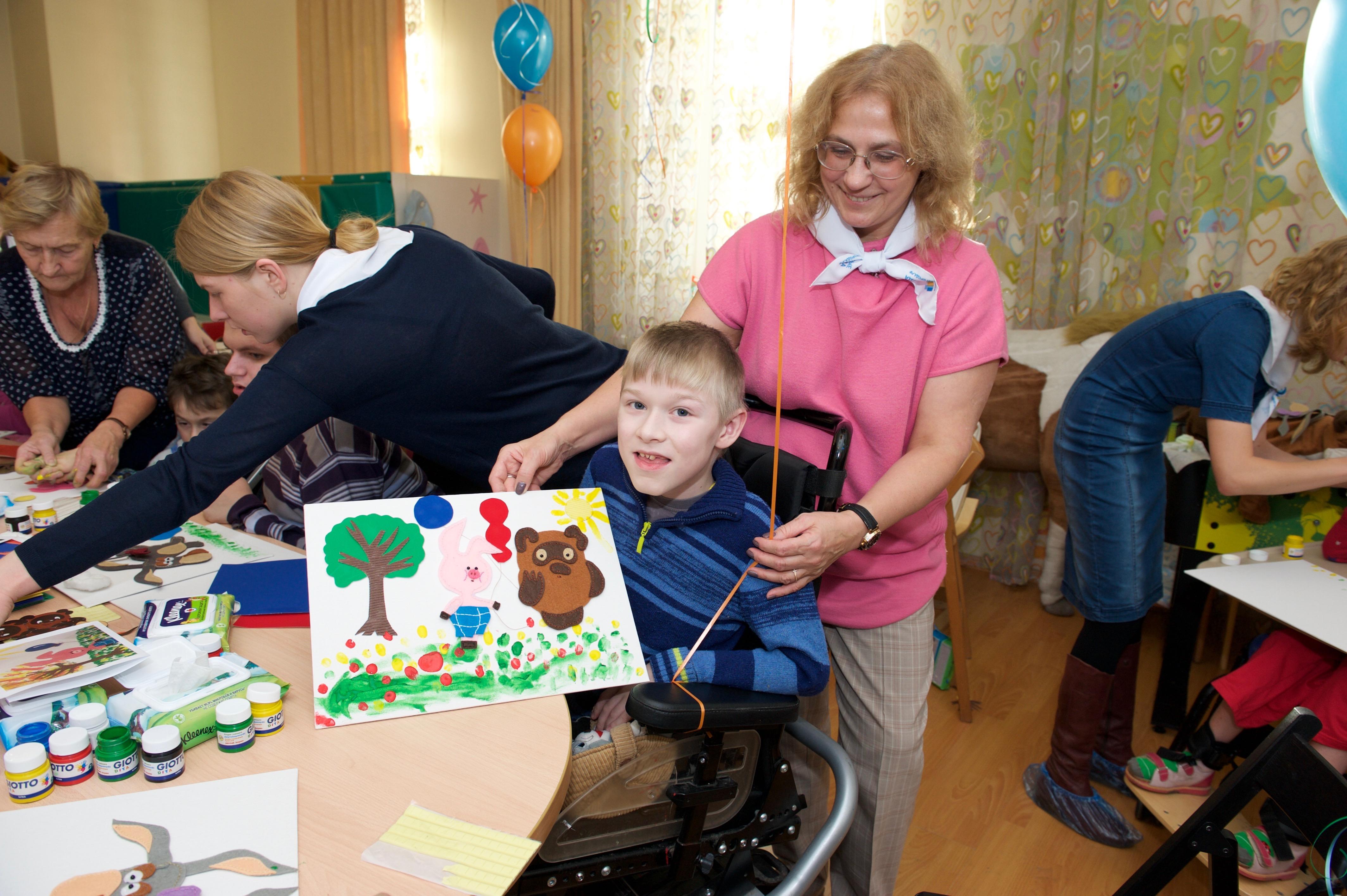 Волонтеры «Газпром нефти» провели занятие по арт-терапии для пациентов детского хосписа в Санкт-Петербурге
