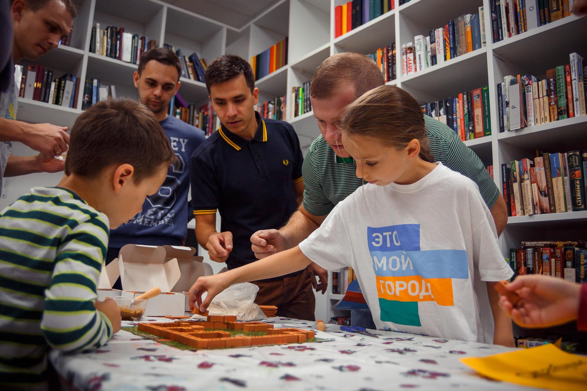 В международный день волонтера на радиостанции «КоммераснтЪ-FM» при поддержке «Газпром нефти» прошел волонтерский марафон