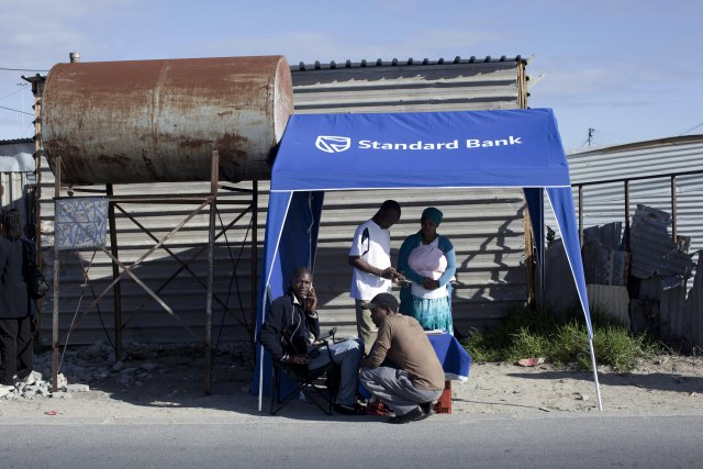 рабочий банка проверяет документы Кейптаун