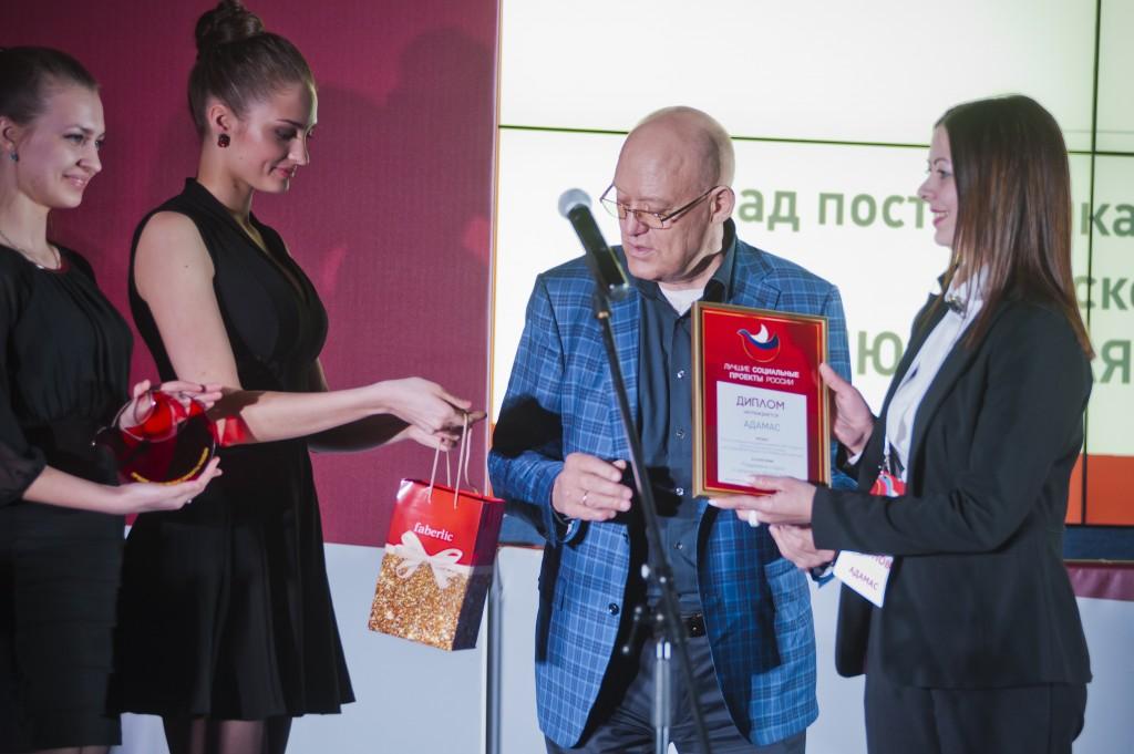 Компания «Адамас», PR-директор Сазонова Евгения получает награду от хоккеиста, олимпийского чемпиона Владимира Петрова