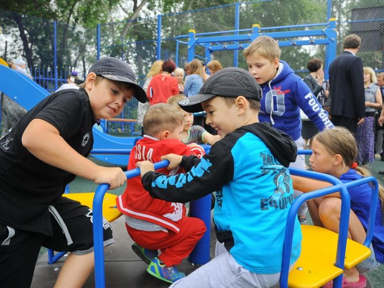 Омский НПЗ дарит городу детские площадки и мини-стадион