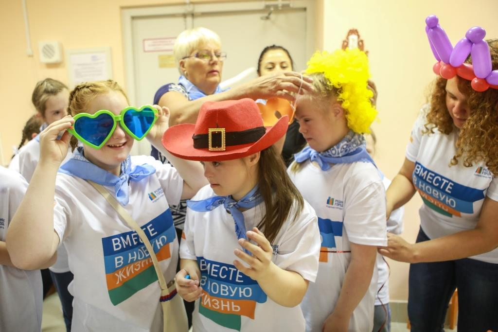 Волонтеры «Газпром нефти» поддержали строительство площадки для детей-инвалидов в Петергофе