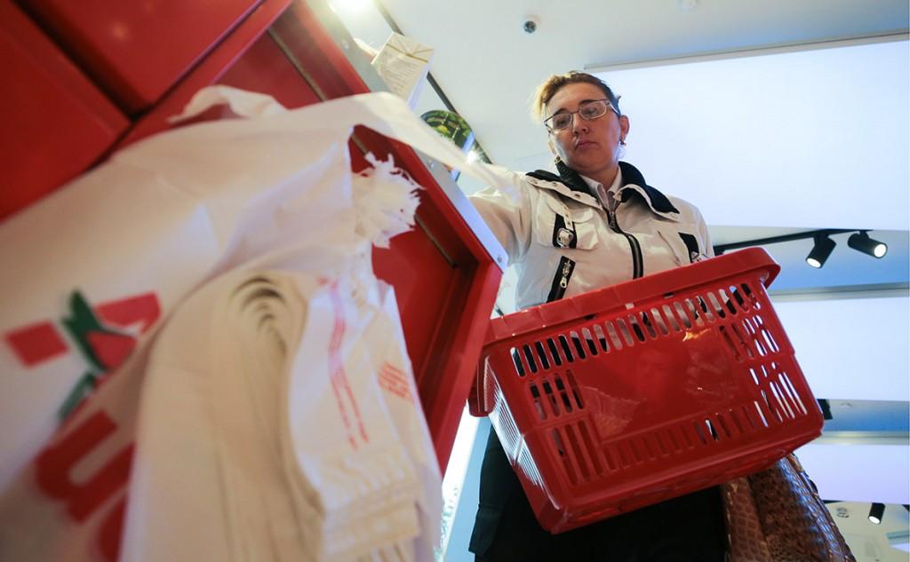В гипермаркетах «Ашан» перестанут выдавать бесплатные пакеты