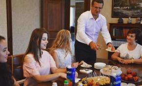Муса Магомедов поздравил авдеевских учениц, окончивших школу с золотой медалью