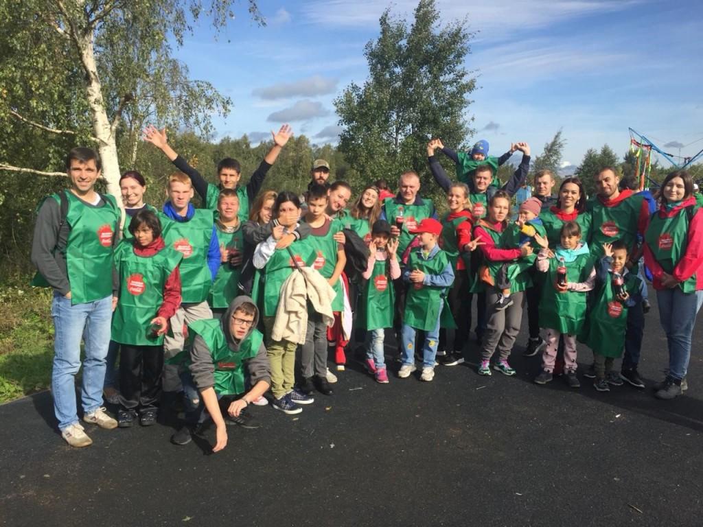 Справка о проекте «Зеленые команды» Экологический образовательный проект «Зеленые команды» был впервые организован компанией Coca-Cola HBC Россия в 2004 году. За это время «Зеленые команды» объединили более 60 тысяч человек в борьбе за чистоту городов России: волонтеры очищают от мусора городские парки, берега рек и водоемов, высаживают деревья, проводят экологические уроки и мастер-классы для подростков. Волонтерами становятся как сотрудники Coca-Cola HBC Россия и их семьи, так и представители администраций городов, студенты, экологические организации и местные жители, неравнодушные к судьбе своего района. Общими усилиями за это время было собрано почти 1800 тонн мусора, часть из которого была отправлена на вторичную переработку.