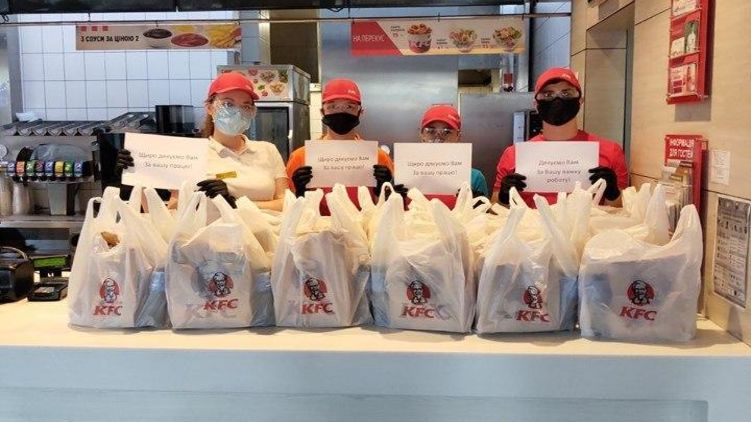 Тем, кто спасает жизни: KFC передал 3 тонны продуктов московским врачам